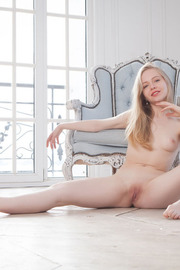 Blonde darling Lola Chic looks elegantly sexy -18