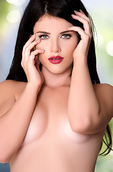 Belle Sinclair Alluring Red Lips